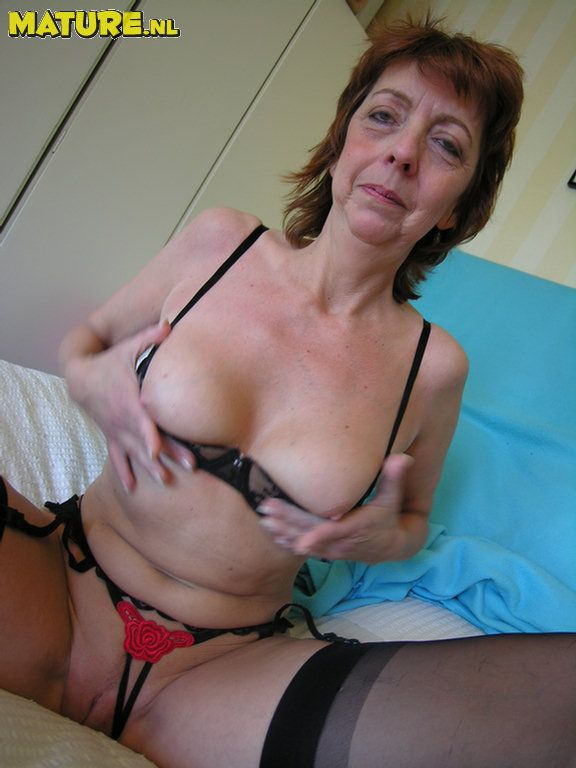 This mature slut luvs to show you her puss